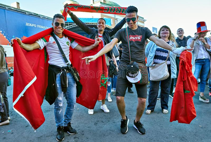 St Petersburg, Rusia, partidarios del fútbol que se divierten en fanzone imágenes de archivo libres de regalías