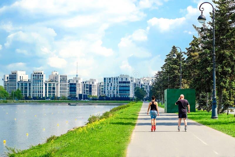 St Petersburg Rusia 05 18 2018 Un hombre y una mujer rollerblading imagen de archivo
