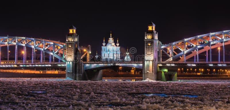 St Petersburg, Rusia Vista nocturna de la Navidad en Neva River During Freezing, Peter el gran puente también conocido como Bolsh fotos de archivo