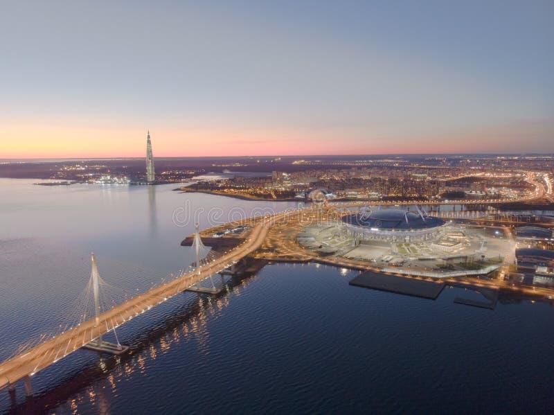 St Petersburg, Rusia Vistas a?reas al golfo Finlandia Jefaturas de Gazprom del centro de Lakhta del rascacielos Zenit del estadio foto de archivo