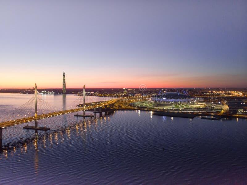 St Petersburg, Rusia Vistas a?reas al golfo Finlandia Jefaturas de Gazprom del centro de Lakhta del rascacielos Zenit del estadio fotografía de archivo