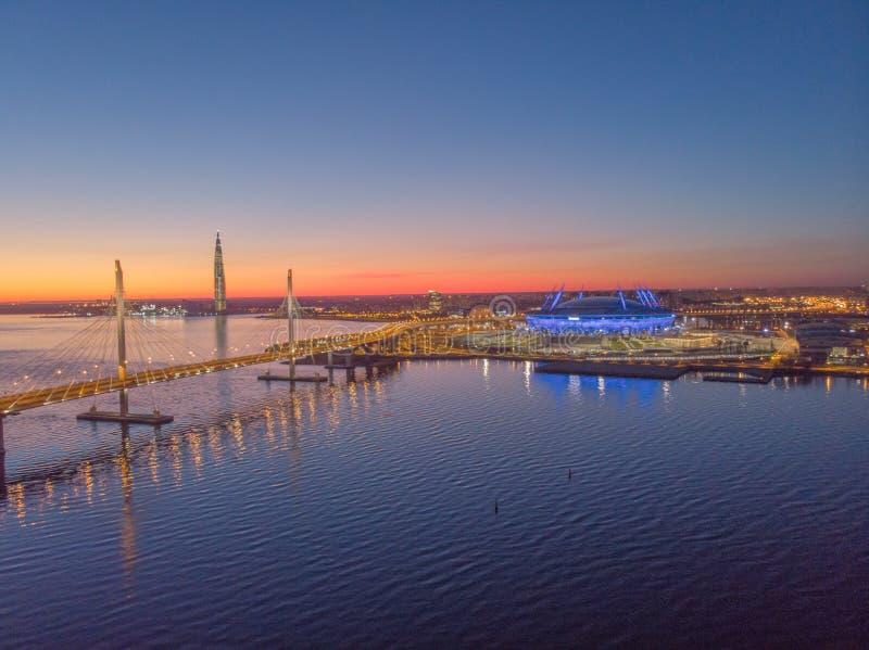 St Petersburg, Rusia Vistas a?reas al golfo Finlandia Jefaturas de Gazprom del centro de Lakhta del rascacielos Zenit del estadio fotografía de archivo libre de regalías