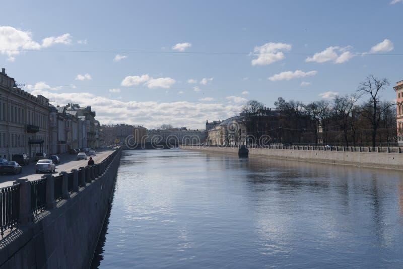 St. Petersburg, Rusland, April 2019 De Fontanka-Rivier en de dijk op een mooie de lentedag stock afbeelding