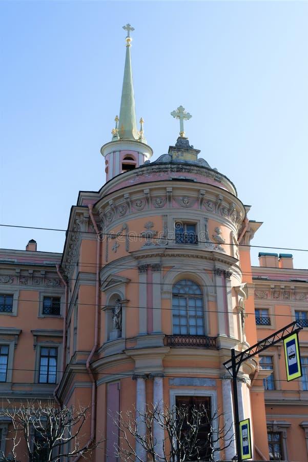 St. Petersburg, Rusland, April 2019 De toren van het Mikhailovsky-Kasteel en de spits van de binnenkerk stock foto