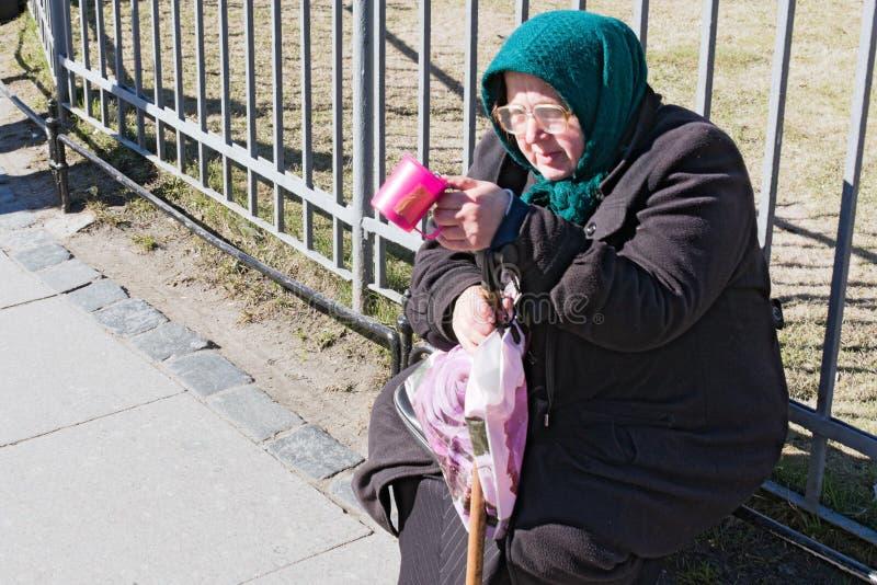 St. Petersburg, Rusland, April 2019 Een oude vrouw vraagt om aalmoes in het stadscentrum royalty-vrije stock foto