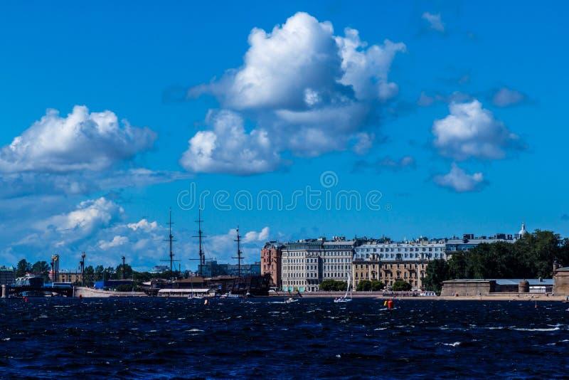St. Petersburg, Rusland - 29 Augustus, 2018: De dijk van de Nevarivier onder de blauwe hemel stock foto's