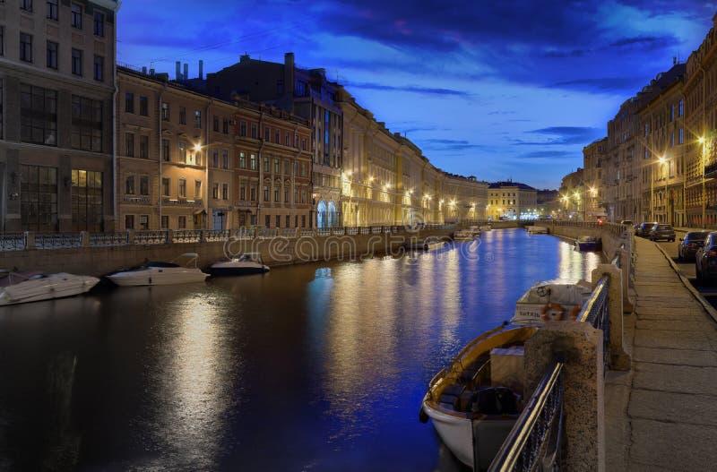 St. Petersburg, Rusland - 24 de Dijk van MEI 2017 van de Moika-rivier na zonsondergang royalty-vrije stock fotografie