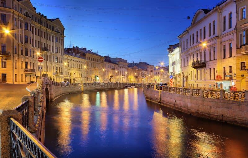 St. Petersburg, Rusland - 23 de Dijk van MEI 2017 van Moika-rivier vlak vóór dageraad stock foto's