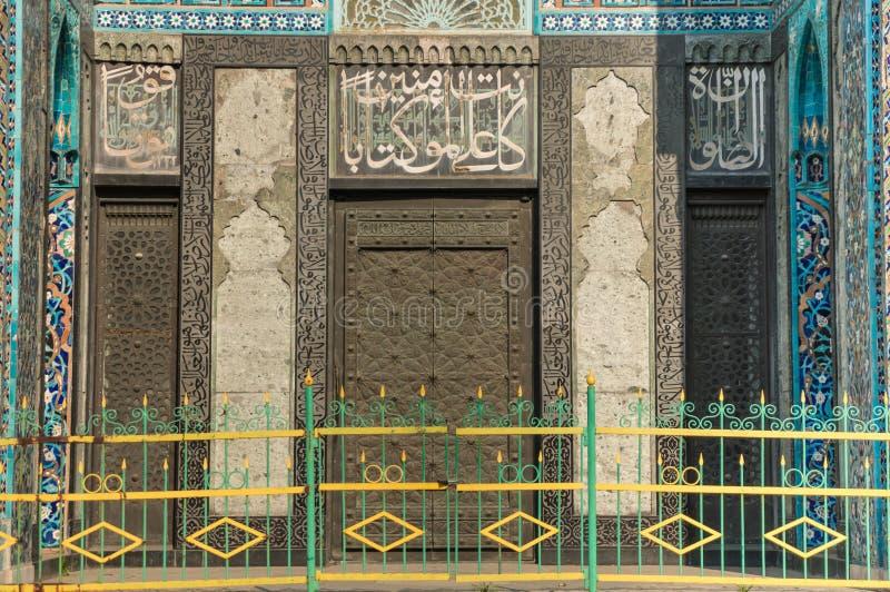 St. Petersburg, Rusland - 04 26 2019: De Kathedraalmoskee De ingang aan de kathedraalmoskee is verfraaid met medaillons met stock fotografie