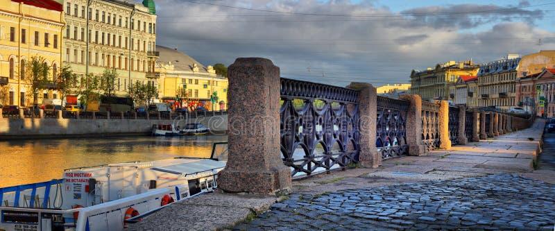 St. Petersburg, Rusland - 26 de Omheiningsdijk van sept. 2017 van F stock foto