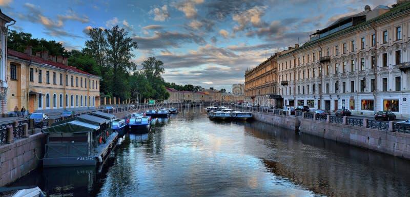 St. Petersburg, Rusland - 29 de rivierdijk van Moika van JUNI 2017 bij dageraad stock foto's