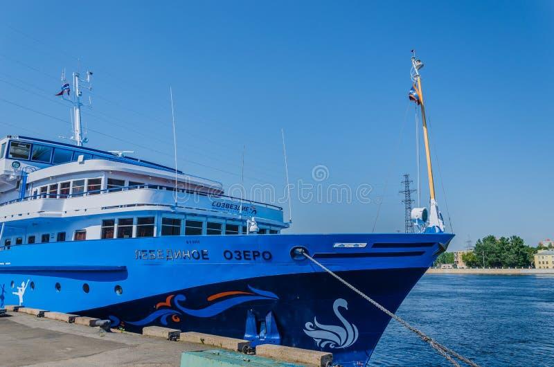 St. Petersburg, Rusland - 07 16 2018: De Zwaanmeer van het cruiseschip op de pijler op een duidelijke zonnige dag De riviercruise stock foto