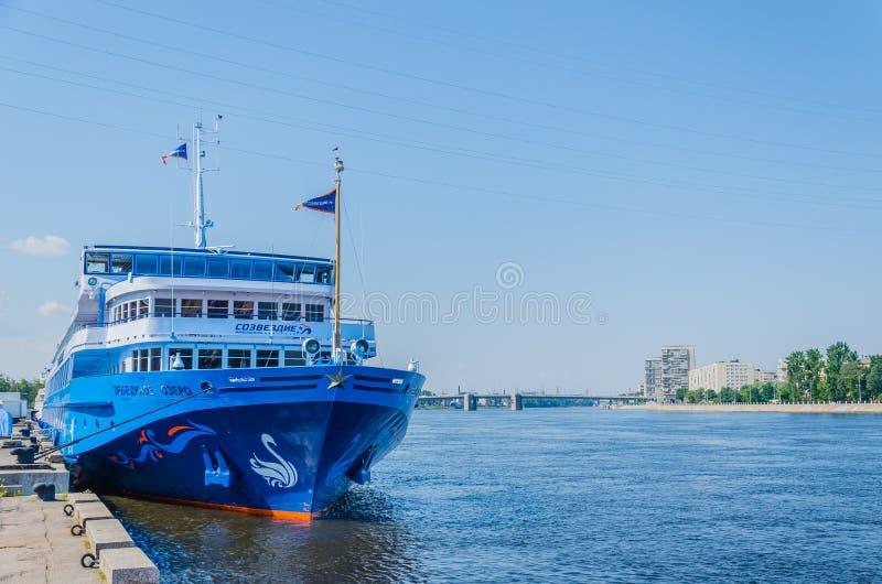 St. Petersburg, Rusland - 07 16 2018: De Zwaanmeer van het cruiseschip op de pijler op een duidelijke zonnige dag De riviercruise stock foto's