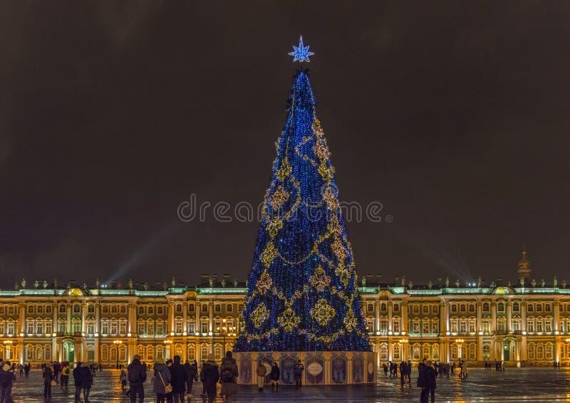 St. Petersburg, Rusland - December 15, 2017: De winterpaleis en Kerstboom op vierkant royalty-vrije stock foto's
