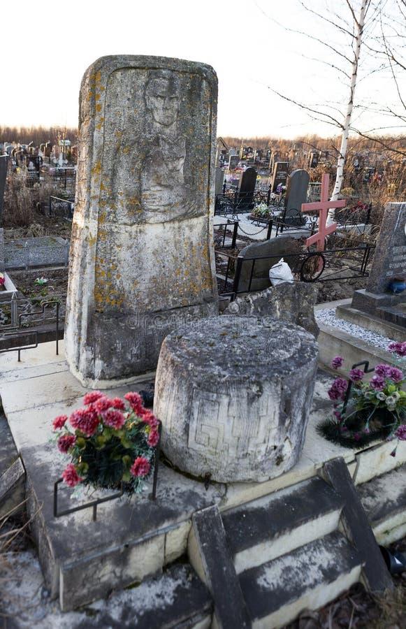 ST PETERSBURG, RUSLAND - DECEMBER 27, 2015: Foto van het monument bij het graf van taalkundige Knorozov royalty-vrije stock foto