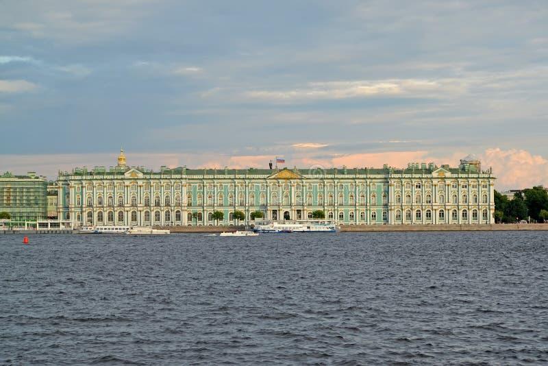 ST Petersburg, Rusland Een mening van het de Winterpaleis van Neva in de de zomeravond royalty-vrije stock afbeeldingen
