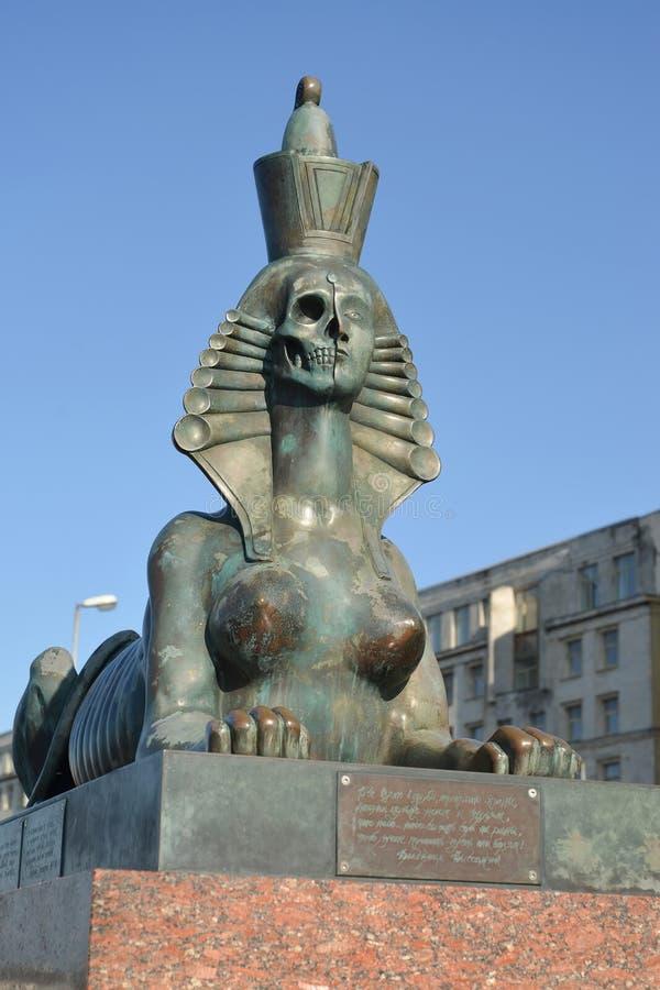 ST Petersburg, Rusland Een sfinx met de persoon half in de vorm van een schedel en een wijfje komen voor stock foto