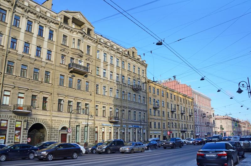 St. Petersburg, Rusland, 27 Februari, 2018 Auto's dichtbij huis die van verzekeringsmaatschappij 'Rusland 'op Liteyny-vooruitzich royalty-vrije stock fotografie