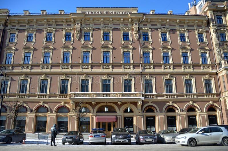 St. Petersburg, Rusland, 27 Februari, 2018 De auto's worden geparkeerd bij het hotel 'Groot hotel Europa 'in St. Petersburg in de stock afbeeldingen