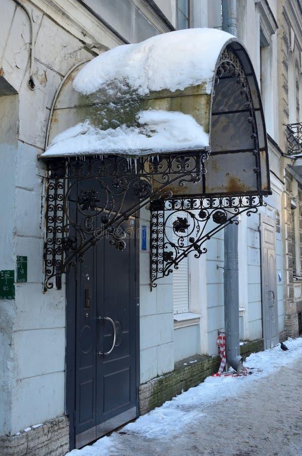 St. Petersburg, Rusland, 22 Februari, 2018 Decor van luifel boven de ingang van mqansion van Chikhachev-advertentie Popova, 1843, stock afbeelding