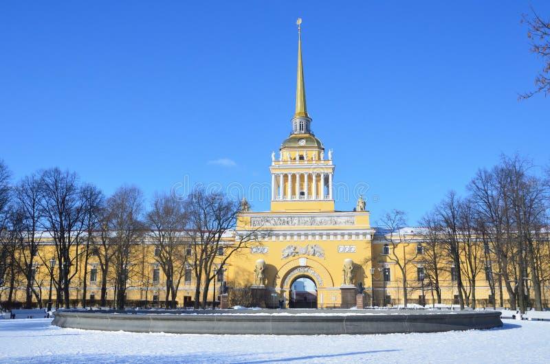 St. Petersburg, Rusland, 27 Februari, 2018 Het gebouw van Admiraliteit in de zonnige winter in Heilige Petersburg stock foto