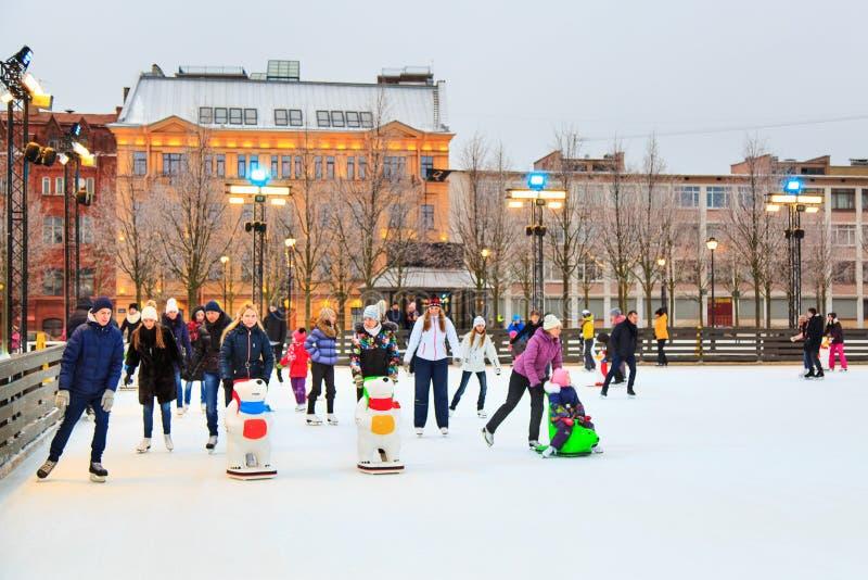 St. Petersburg, Rusland - Februari 11, 2017: Ijs het schaatsen piste in de stad bij de winter Mensen die leren te schaatsen Manne stock afbeeldingen