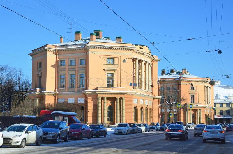 St. Petersburg, Rusland, 27 Februari, 2018 Linker en Juist DE garde van het Mikhailovsky-kasteel, jaar ingebouwd sankt-Huisdier 1 royalty-vrije stock afbeelding