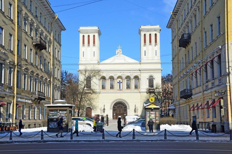 St. Petersburg, Rusland, 27 Februari, 2018 Mensen die dichtbij Lutheran Kerk van St Peter en Paul op Nevsky-vooruitzicht lopen royalty-vrije stock fotografie