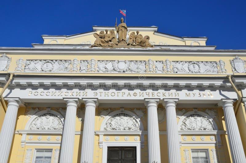 St. Petersburg, Rusland, 27 Februari, 2018 Plastische groep op de zolder van het Russische etnografische Museum tegen de blauwe h stock afbeeldingen