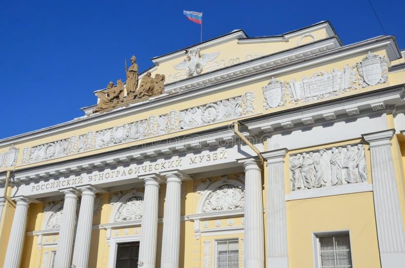 St. Petersburg, Rusland, 27 Februari, 2018 Plastische groep op de zolder van het Russische etnografische Museum tegen de blauwe h royalty-vrije stock afbeeldingen