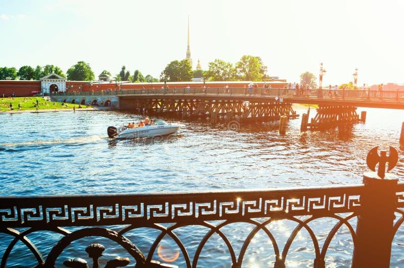 St Petersburg, Rusland St John brug dichtbij Peter en Paul Fortress in St. Petersburg, Rusland, reislandschap royalty-vrije stock foto's