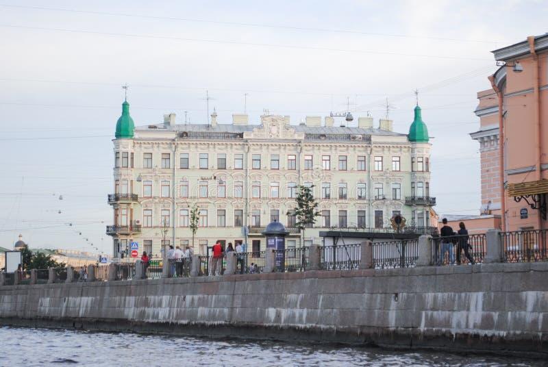 ST PETERSBURG, RUSLAND - JULI 12, 2015: Cityscape van het het waterkanaal van St. Petersburg mening royalty-vrije stock foto's