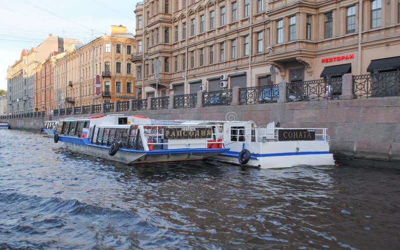 ST PETERSBURG, RUSLAND - JULI 12, 2015: Cityscape van het het waterkanaal van St. Petersburg mening stock foto