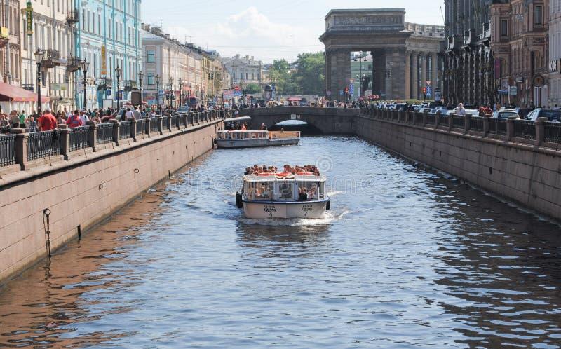 ST PETERSBURG, RUSLAND - JULI 12, 2015: Plezierboten met toeristen royalty-vrije stock foto's