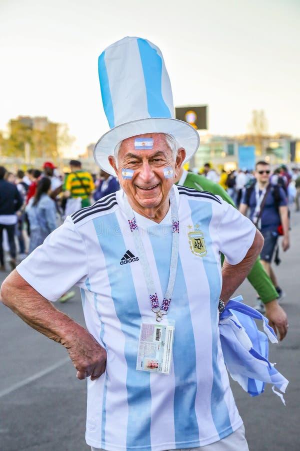 St. Petersburg, Rusland - Juni 26, 2018: Het glimlachen van oude ventilator van nationaal de voetbalteam van Argentinië stock afbeeldingen