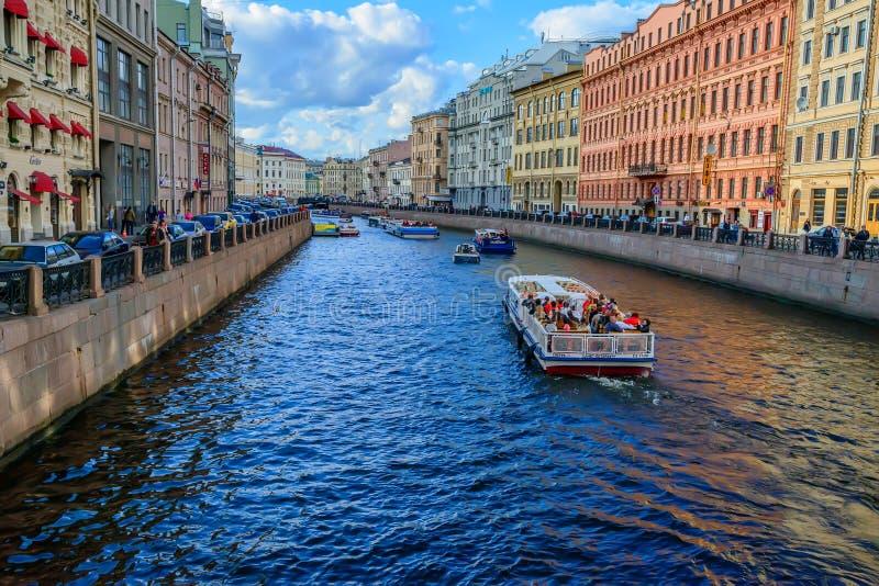 ST PETERSBURG, RUSLAND - JUNI, 2015: KANAALmening royalty-vrije stock afbeeldingen