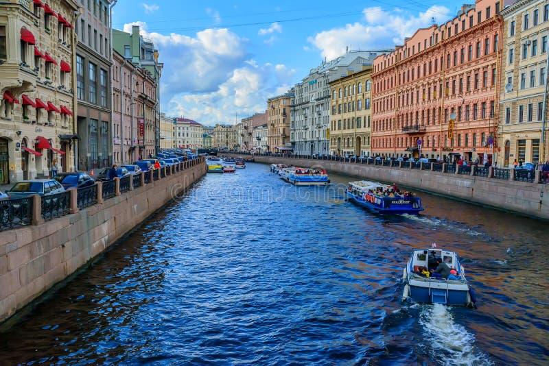 ST PETERSBURG, RUSLAND - JUNI, 2015: KANAALmening stock foto's