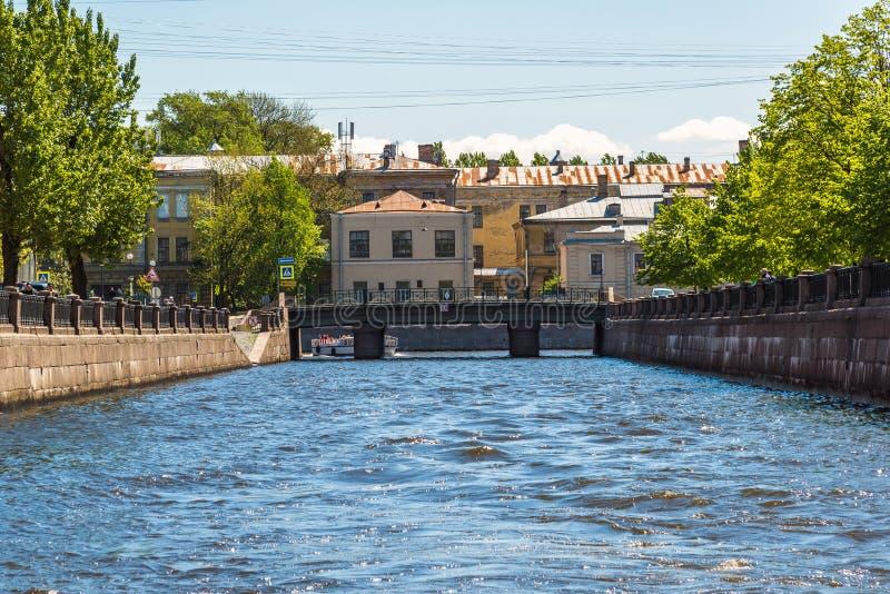 St. Petersburg, Rusland - Juni 4 2017 Kryukovkanaal, Smezny-brug en het psychiatrisch ziekenhuis nummer 5 royalty-vrije stock foto's