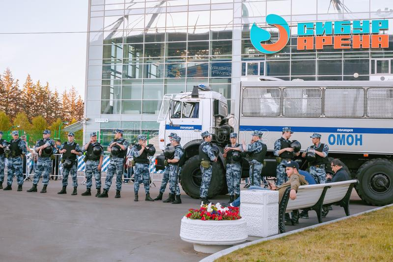 ST PETERSBURG, RUSLAND - JUNI 26, 2018: Politie OMON tijdens de wacht van de voetbalwedstrijd van de Wereldbeker 2018 tribune dic stock afbeelding