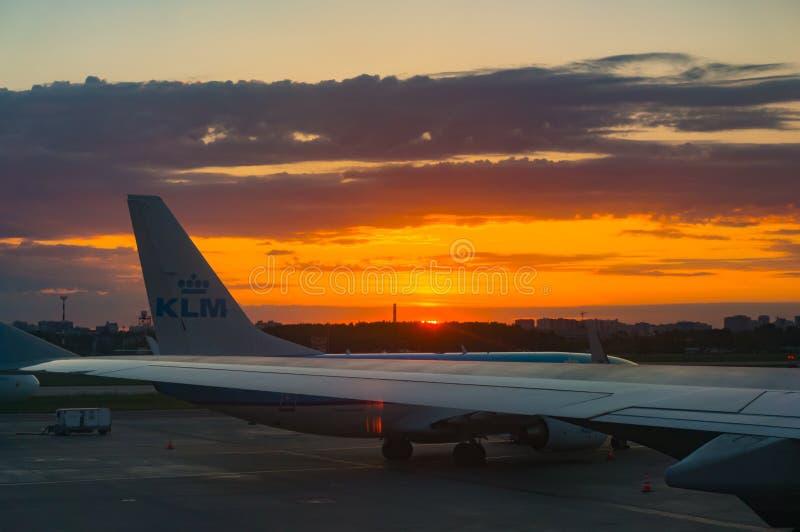 St. Petersburg, Rusland - 06 02 2018: Luchthaven bij zonsopgang Mening van het vliegtuigvenster stock foto