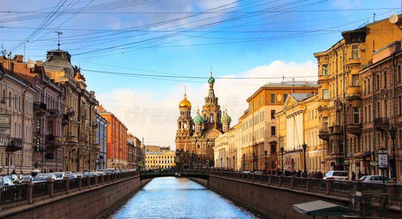 ST PETERSBURG, RUSLAND - MAART 21, 2015: Cityscape op zonsondergang, toneelmening van de Griboyedov-kanaaldijk De lentemening royalty-vrije stock afbeeldingen