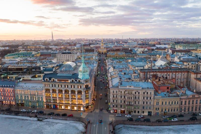 ST PETERSBURG, RUSLAND - MAART, 2019: De klassenluxe van de warenhuiswinkel, dichtbij de Rode Brug n de avond bij zonsondergang royalty-vrije stock foto