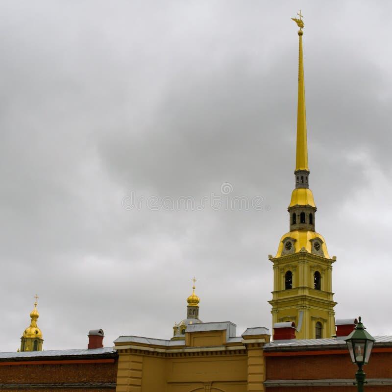 St. Petersburg, Rusland, 10 Maart, 2019 De lentemening van de spits van Peter en Paul Cathedral en de muur van de vesting stock afbeeldingen