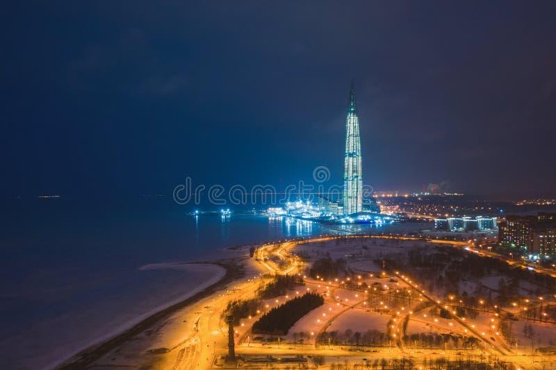 ST PETERSBURG, RUSLAND - MAART, 2019: De nieuwe Gazprom-toren verlichtte 's nachts lichten op de achtergrond van een schemeringhe royalty-vrije stock afbeelding