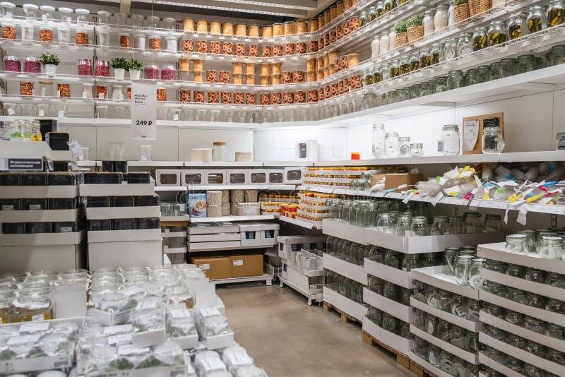 ST PETERSBURG, RUSLAND - MAART, 2019: Het binnenland van elegante IKEA-meubilairopslag met vaatwerk heeft en andere huisdecoratie royalty-vrije stock foto
