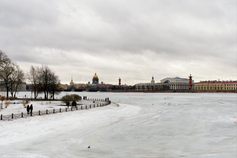 St. Petersburg, Rusland, 10 Maart, 2019 Neva River omvat met ijs en het Spit van Vasilyevsky Island stock foto