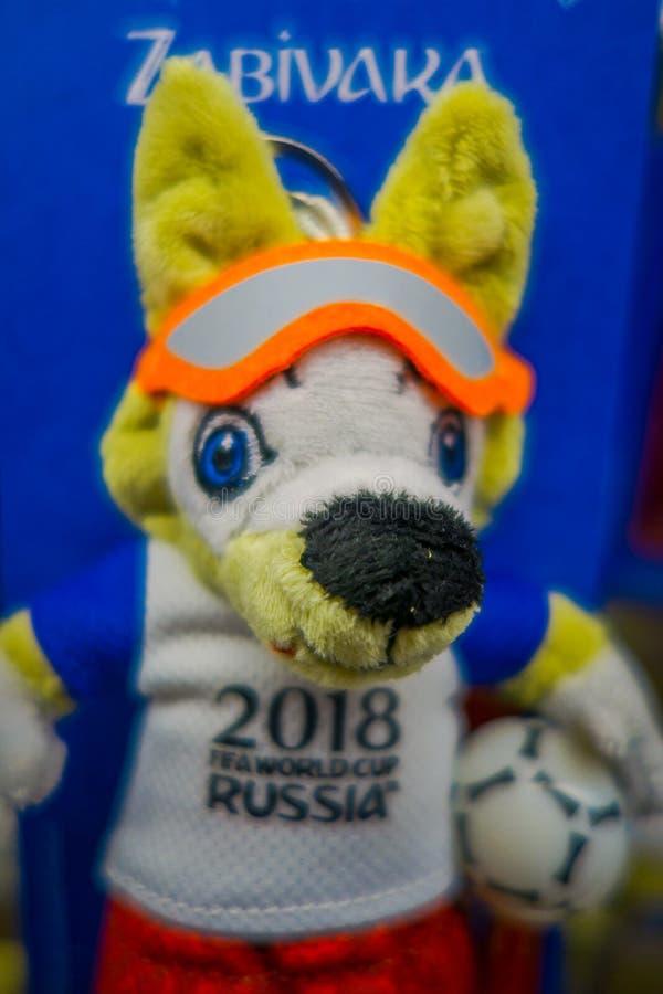 ST PETERSBURG, RUSLAND, 02 MEI 2018: Sluit van giften in de vorm van stuk speelgoed met een beeld omhoog de officiële mascotte va royalty-vrije stock afbeelding