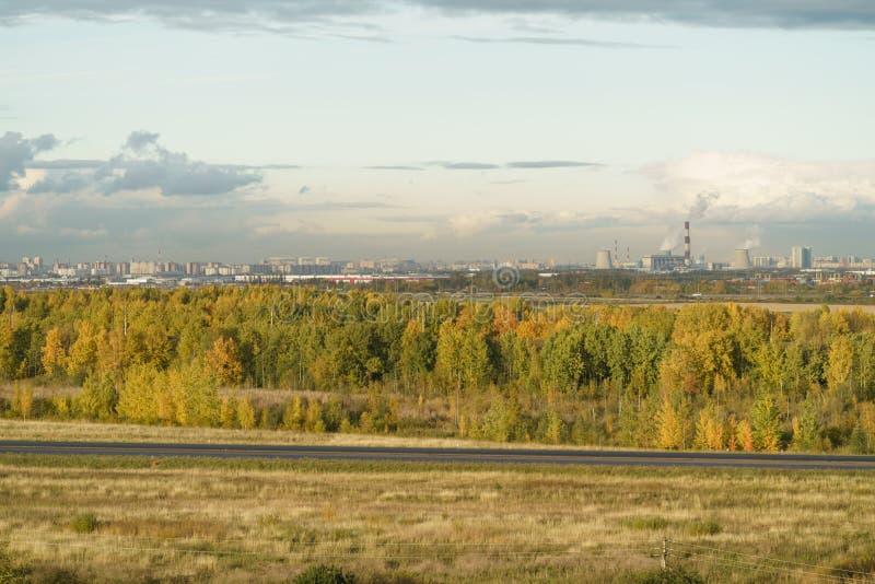St, Petersburg, Rusland - Oktober 07, 2017: Menings fom heuvel op industrieel deel van Heilige Petersburg met elektrische central stock foto
