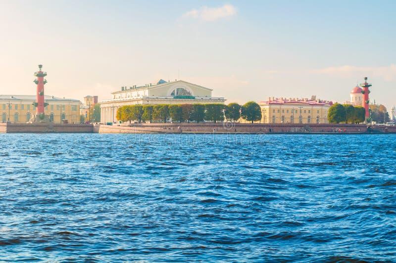 St Petersburg, Rusland Panorama van Vasilievsky-eilandspit - rostral kolommen, de beursbouw en Douanehuis royalty-vrije stock fotografie