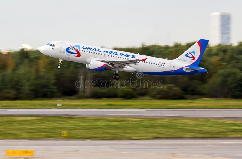 St. Petersburg, Rusland - 08/16/2018: Straallijnvliegtuigluchtbus A320 ` Ural Airlines ` vp-BQW in Pulkovo-Luchthaven royalty-vrije stock afbeelding